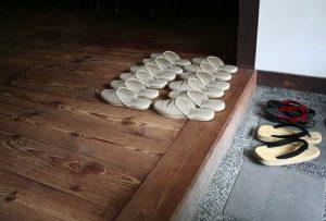 Ao tirar os sapatos sempre haverá um chinelo esperando por você!