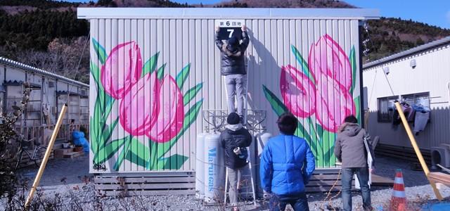 Contêiner com o grafite do artista Titi Freak